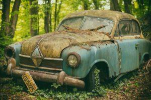 Voiture abandonnée forêt