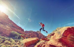 Homme qui fait de la randonnée