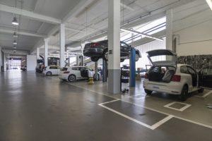 plusieurs voitures en réparation garage