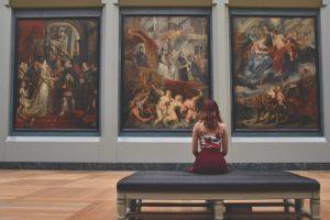 Femme qui regarde des tableaux