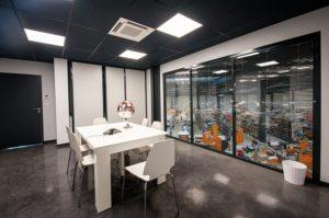 Salle de réunion aec fenetre sur atelier