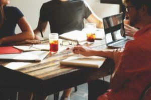 Personnes discutant autour d'une table