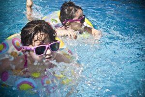 Enfants qui nagent dans une bouée
