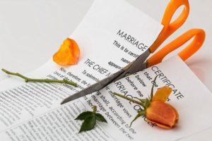 Ciseau coupant en deux un contrat de mariage