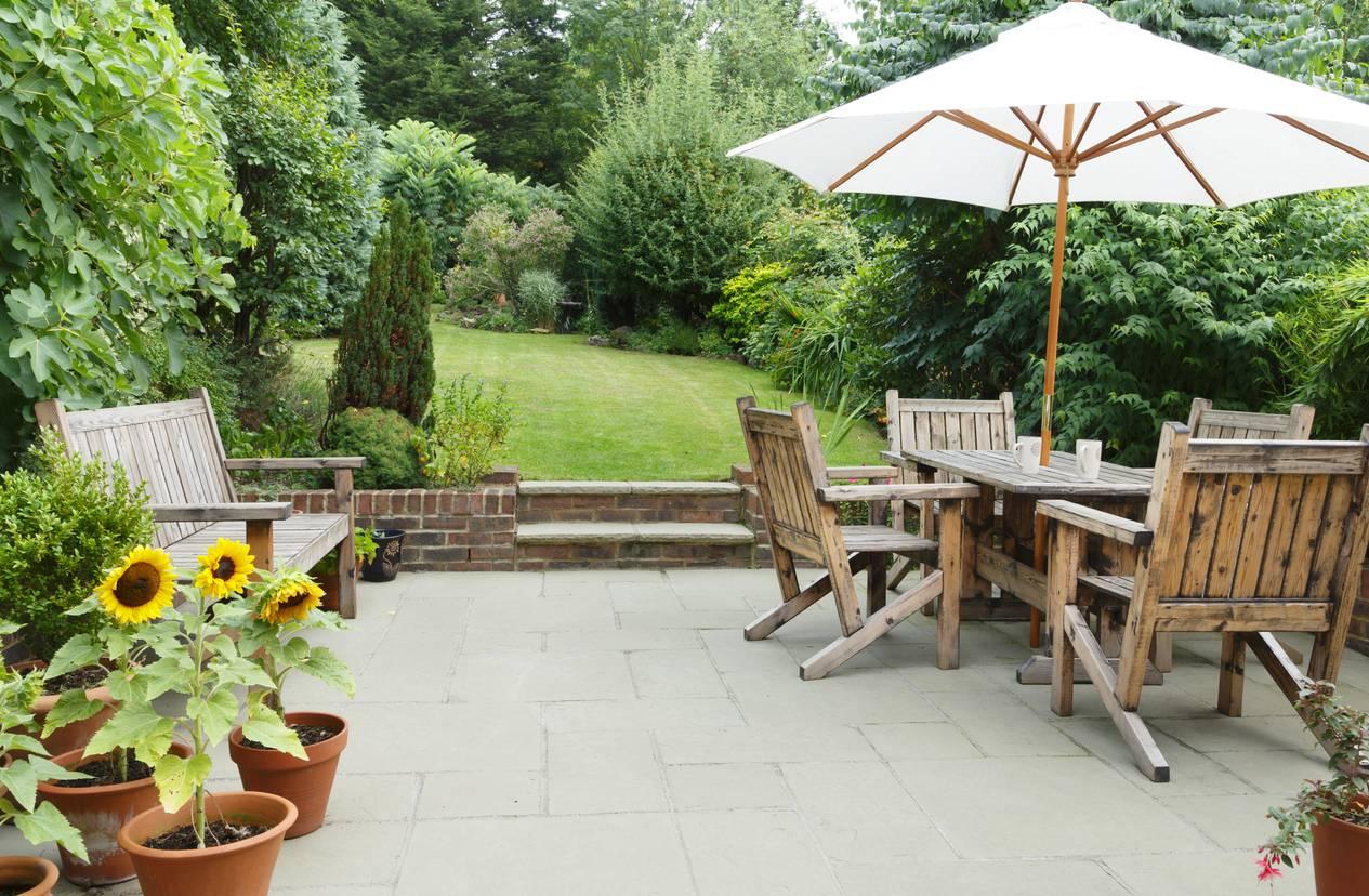 terasse avec table jardin et banc devant jardin