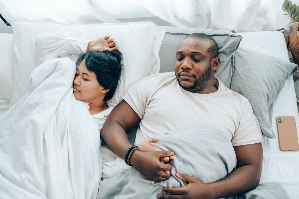 couple endormi dans lit