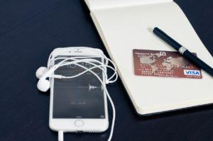 telephone et carte bancaire sur table