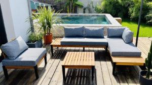 Salon de jardin devant piscine