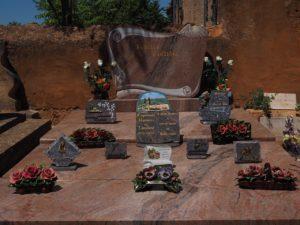Plaques funéraires sur pierre tombale